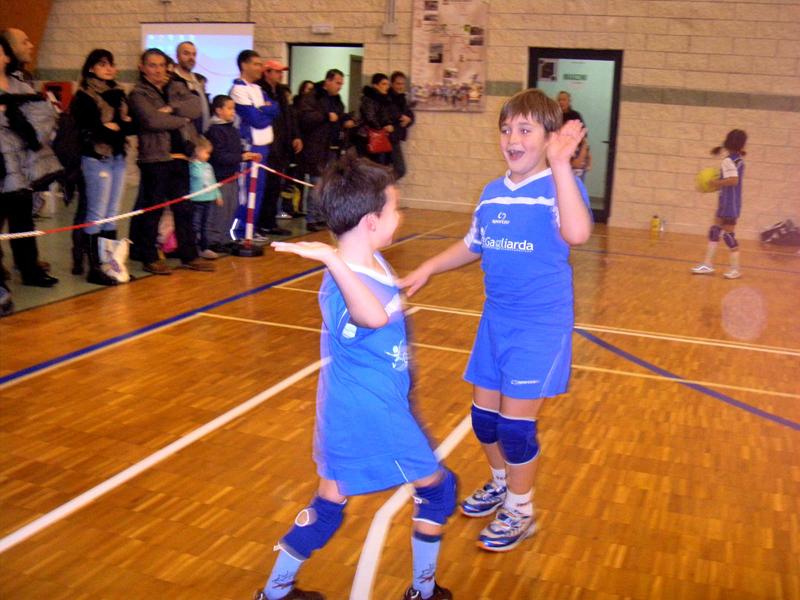 Due bambini della Gagliarda al GiocaVolley di Offida
