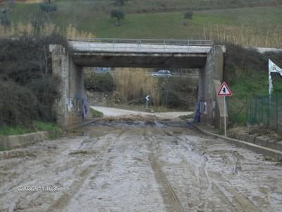 La Sp 24 di Villa Zaccheo invasa dal fango