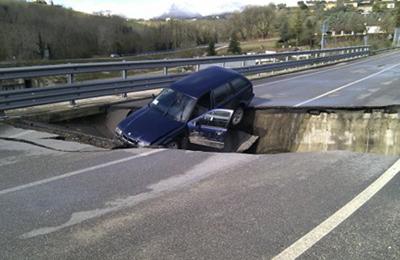 L'auto incastrata nella voragine apertasi lungo la Pedemontana