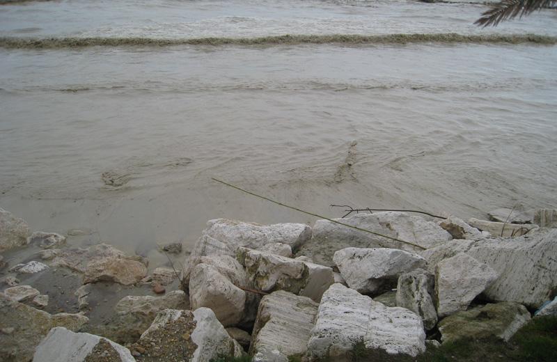 Scompare la spiaggia e le mareggiate arrivano a toccare gli scogli messi a protezione della strada