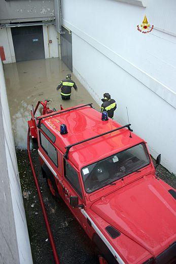 Ascoli, allagamenti in zona industriale (foto Centro Documentazione e Comunicazione Vigili del fuoco Ascoli Piceno.