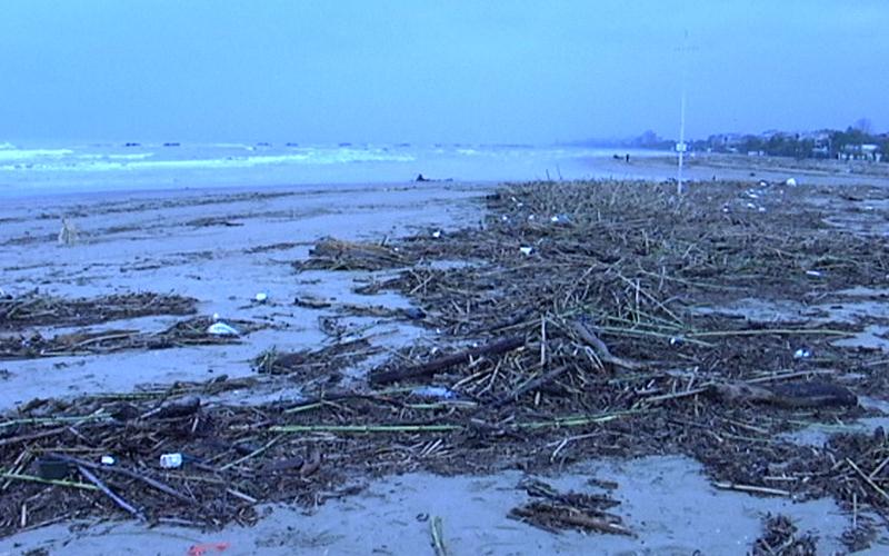 La spiaggia di San Benedetto dopo la mareggiata, 4 marzo 2011