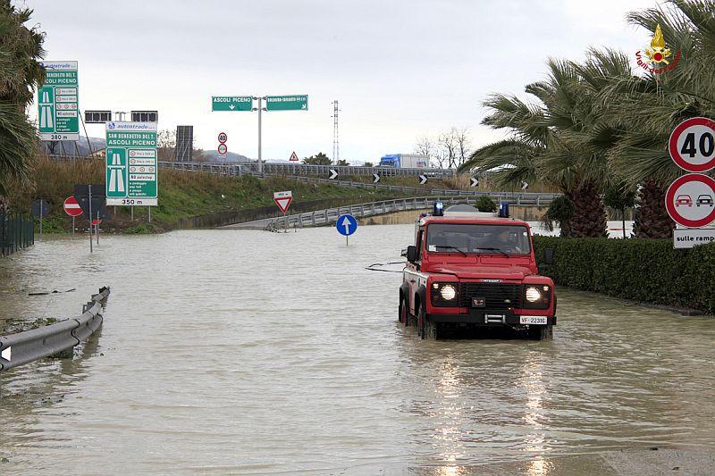 Monteprandone, allagamenti nella zona del casello autostradale (foto Centro Documentazione e Comunicazione Vigili del fuoco Ascoli Piceno.