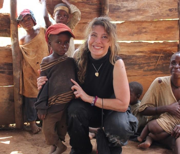 La fotografa umanitaria Raffaella Milandri nel suo ultimo viaggio in Camerun, tuttora in corso