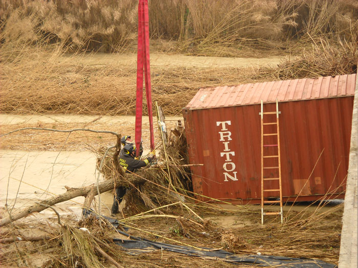 Recupero di un container sul torrente Menocchia, 4 marzo 2