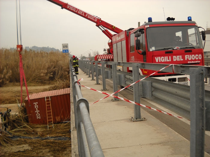Recupero di un container sul torrente Menocchia, 4 marzo 3