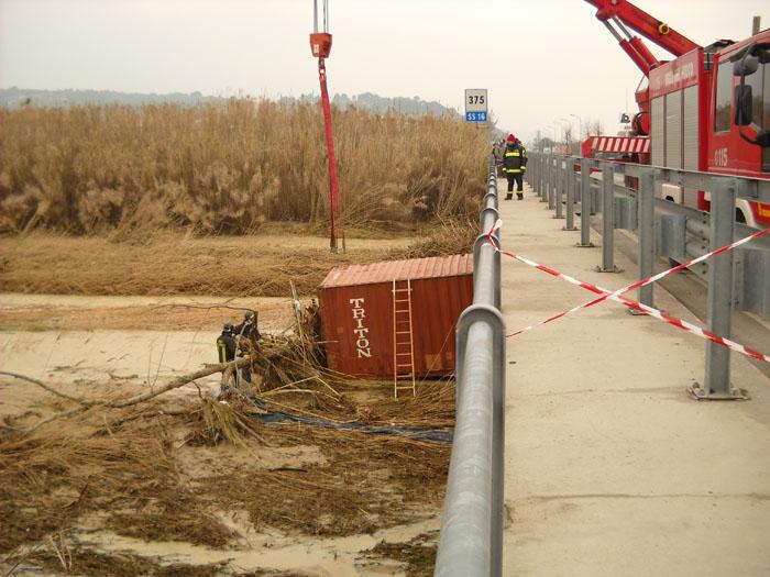Recupero di un container sul torrente Menocchia, 4 marzo