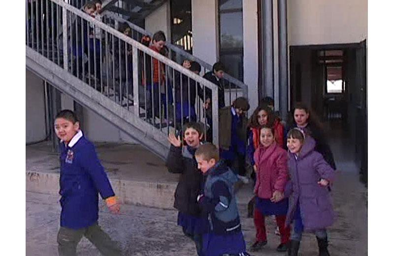 Gli alunni delle scuole simulano un'evacuazione per terremoto