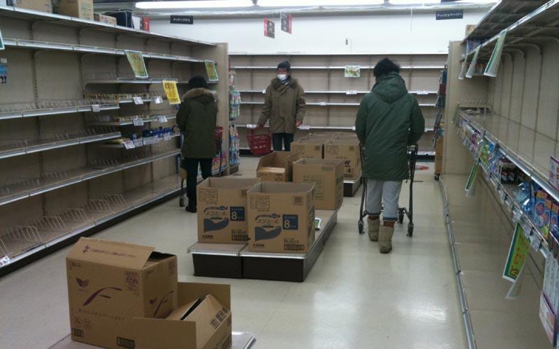 Tokyo, scaffali vuoti nei supermercati (ph. Roberto Perozzi)