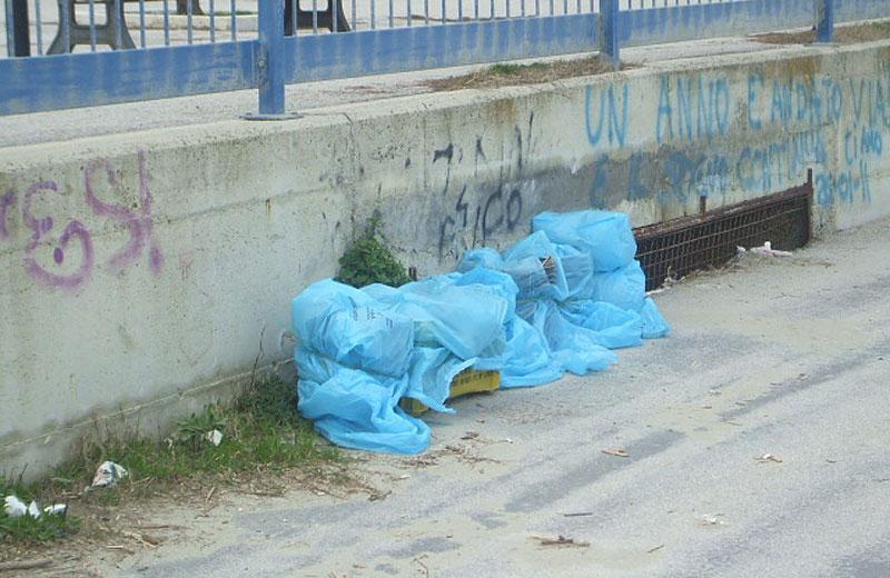I sacchi di amianto abbandonati al molo nord di Martinsicuro