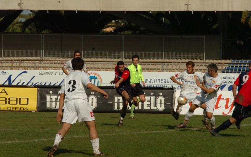 Caligiuri realizza l'1-0 contro la Recanatese (ph. Troiani)