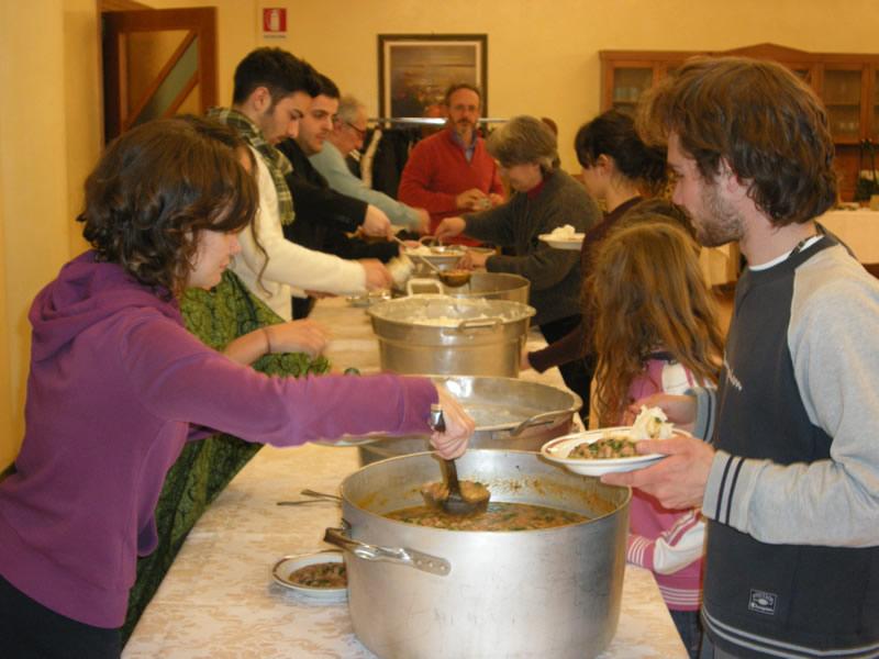 Cena povera del 12 febbraio 2011, i giovani distribuiscono i pasti