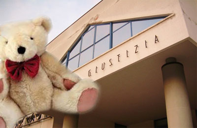 Peluche contente droga sullo sfondo del Palazzo di Giustizia di San Benedetto del Tronto
