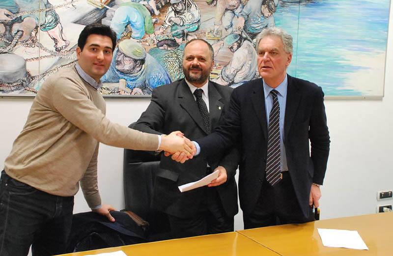 Stretta di mano post-firma tra Stracci, Gaspari e Celani