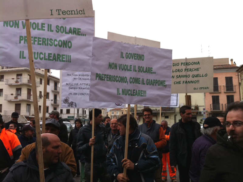 La protesta dei lavoratori del fotovoltaico alla corsa ciclistica Tirreno Adriatico, a San Benedetto