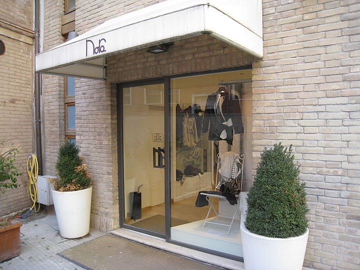 Nora, il negozio di abbigliamento in via Mario Curzi n. 10