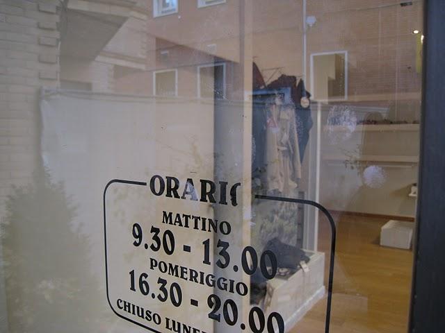Impronta lasciata sulla vetrina del negozio Nora