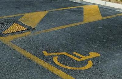 Un parcheggio riservato ai disabili