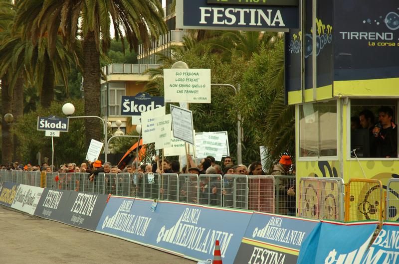 La protesta dei lavoratori del fotovoltaico alla corsa ciclistica Tirreno Adriatico (foto Troiani)