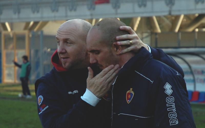 Palladini abbraccia Covelli al termine di Samb-Recanatese (ph. Troiani)