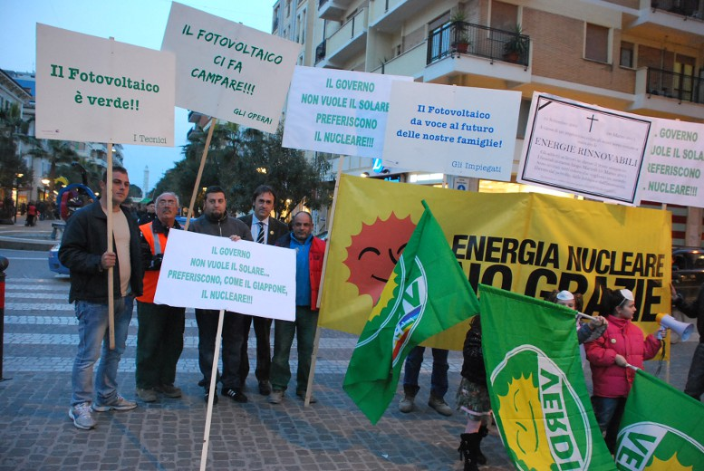 Alcuni partecipanti alla manifestazione con gli striscioni e manifesti