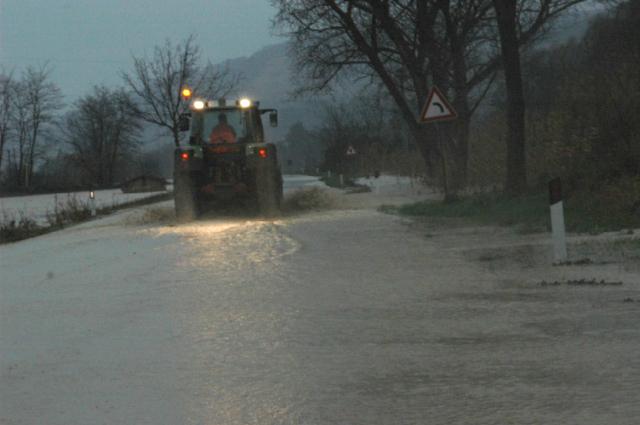 Villa Santi, martedì pomeriggio, strada inondata (foto Troiani)
