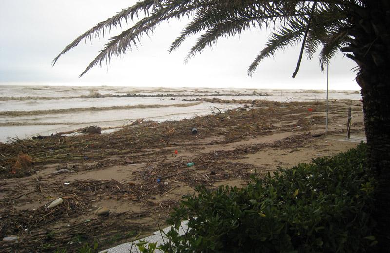 Detriti sulla spiaggia di Martinsicuro la mattina del 2 marzo