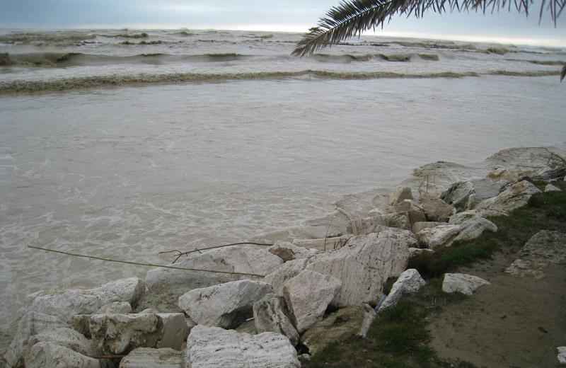 In alcuni tratti di Martinsicuro il mare ha divorato la spiaggia fino a toccare il lungomare
