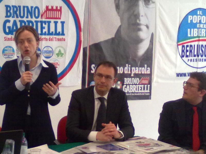 Il ministro Giorgia Meloni nell'evento elettorale presso la Galleria Calabresi, con Bruno Gabrielli e Jonni Perozzi