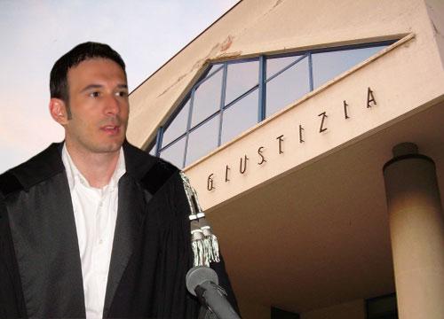 Avvocato Simone Matraxia, sullo sfondo del Palazzo di Giustizia di San Benedetto del Tronto