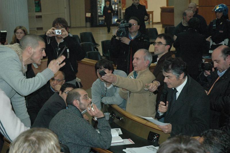 Anno 2006, Alberto Soldini (con il microfono in mano) è presidente contestato della Samb Calcio Srl e candidato in pectore dell'Idv alle elezioni politiche. In municipio arriva Antonio Di Pietro, e si scatena una sommossa. Qui Soldini è circondato dai giornalisti, con il giocatore Macaluso che gli punta il dito contro (foto Troiani)