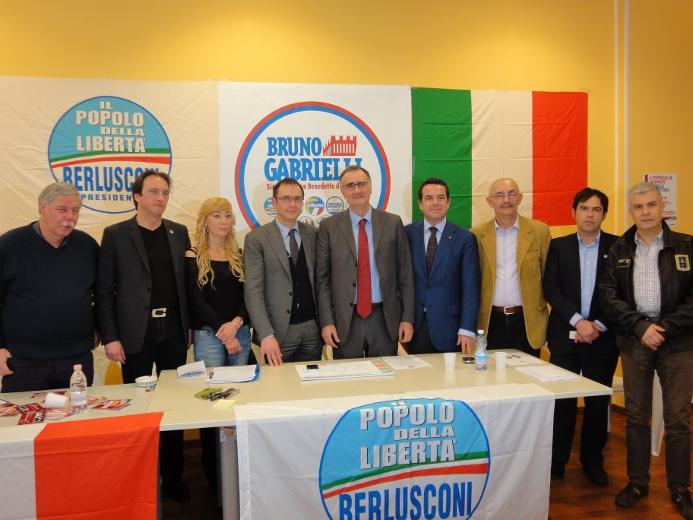 Al centro, il candidato sindaco del Pdl Bruno Gabrielli con l'onorevole Adriano Tilgher insieme ai candidati della lista La Destra