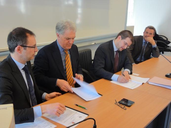 Piero Celani e Carlo Fidanza durante la sottoscrizione dell'accordo. Ai lati, Bruno Gabrielli e il prefetto Pasquale Minunni