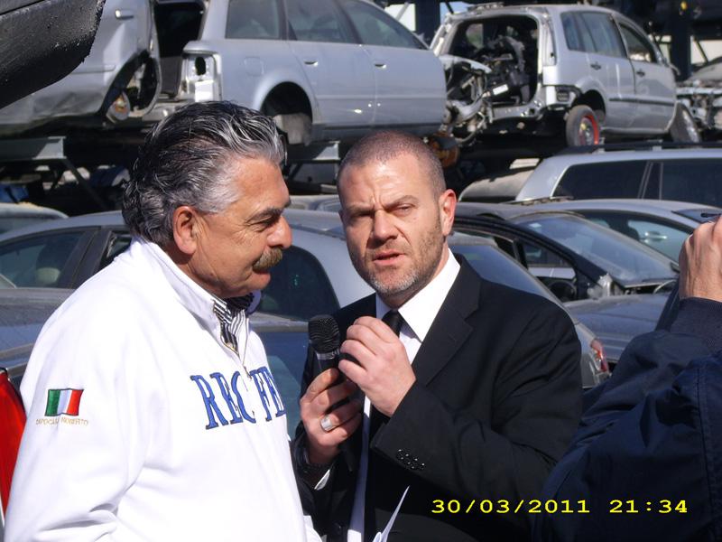 L'inviato de Le Iene Giulio Golia intervista Roberto Capocasa della ditta Recfer