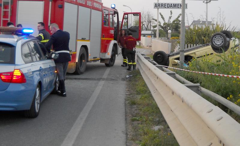 L'auto finita fuori strada dopo il ribaltamento (foto Troiani)