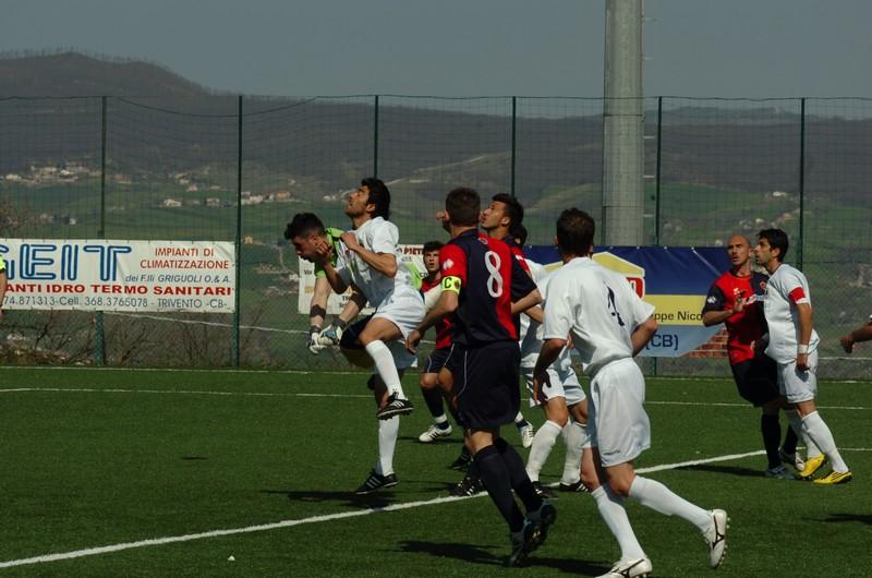La difesa respinge il pallone, D'Angelo si avventerà e segnerà il gol della vittoria a Trivento (foto Troiani)