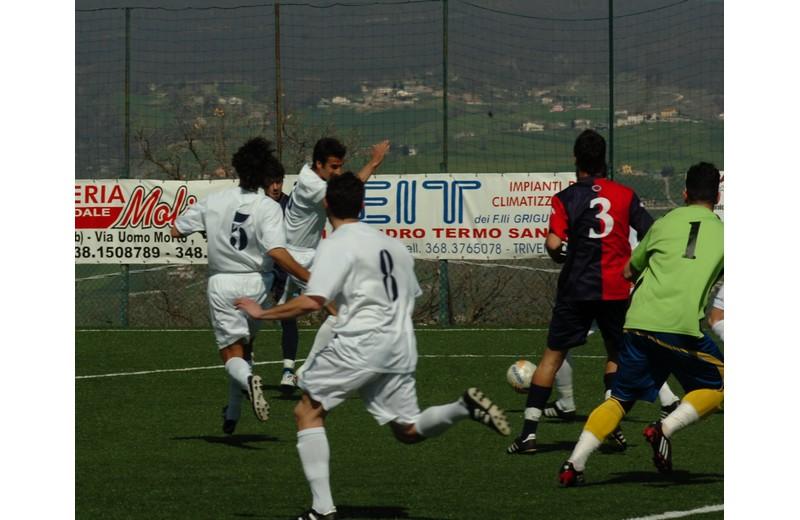 Ivan D'Angelo, coperto da due difensori, scaglia il tiro vincente a Trivento (foto Troiani)