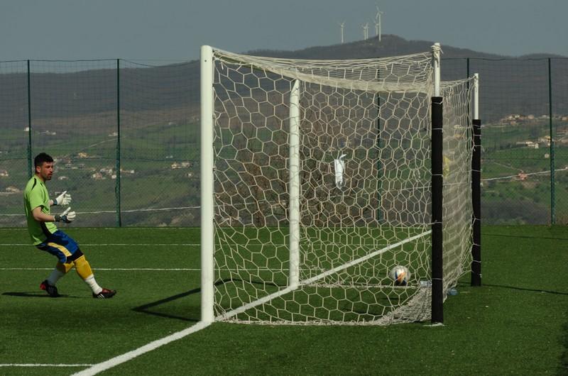 Il portiere Mariosi cerca di tornare fra i pali ma può solo osservare il pallone scagliato da D'Angelo mentre rotola in rete (foto Troiani)