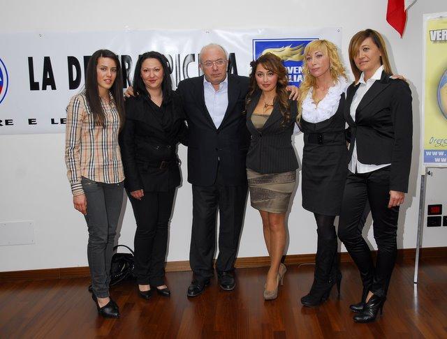 Francesco Storace con le donne della Destra (www.photobracetti.com)