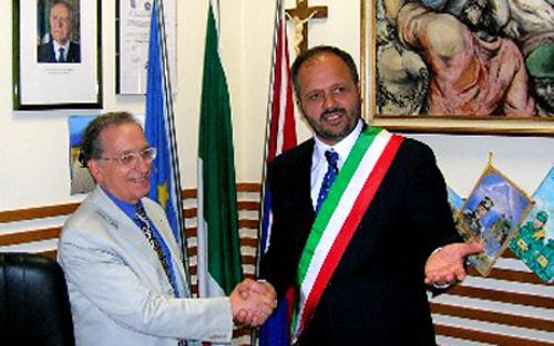 Gaspari saluta il Commissario Iappelli nel giorno del suo insediamento dal sindaco, nel 2006.JPG (1)