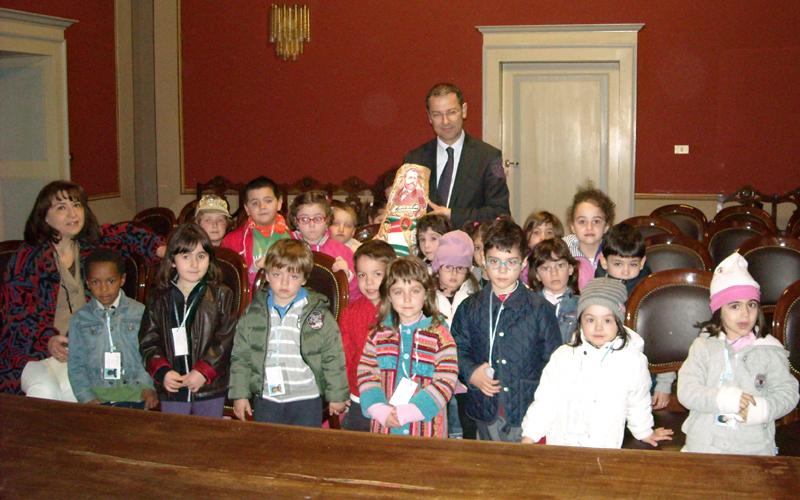 I bambini della scuola Valtesino col sindaco D'Erasmo