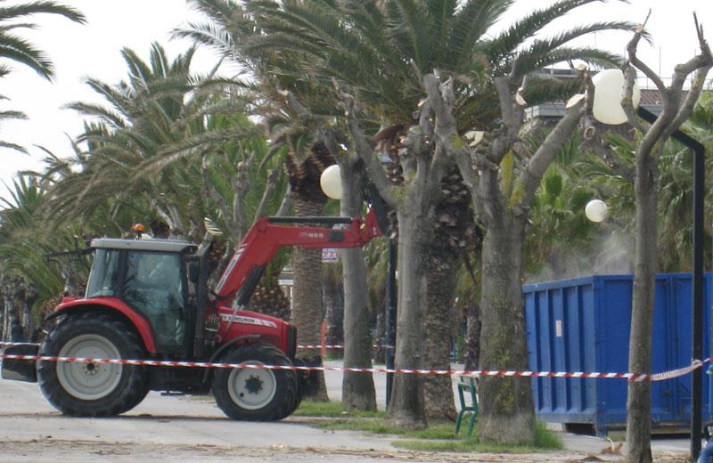 Operai al lavoro sulla spiaggia di Martinsicuro