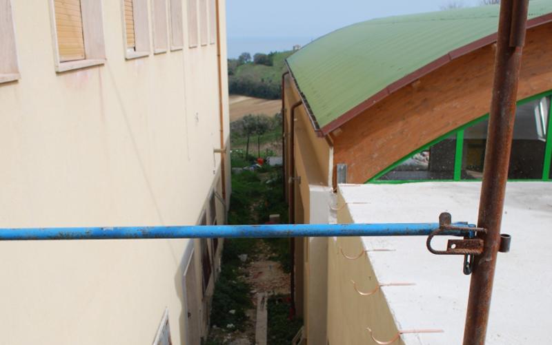 La palestra in costruzione a Massignano, poca distanza dal plesso scolastico
