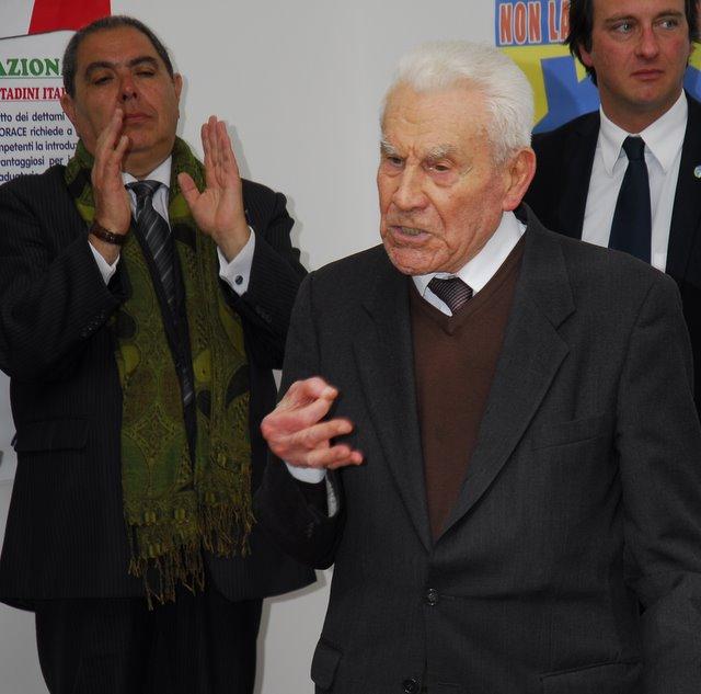 Luigi Natali arringa, dietro di lui applaude Massimo Urbani (www.photobracetti.com)