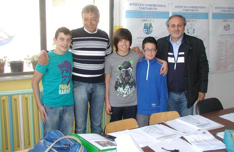 Alberto Salvi, il sindaco Monti, Mattia Di Pancrazio, Alessandro Capriotti e l'assessore alla Pubblica Istruzione Chicchirichì