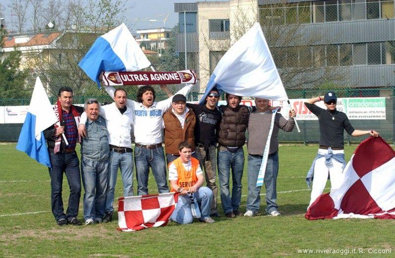 Tifosi del centobuchi insieme a quelli dell'Agnonese. In questa foto di repertorio  c'è anche Mirco Alessandrini che è colui che a destra tiene in mano la bandiera biancoceleste.