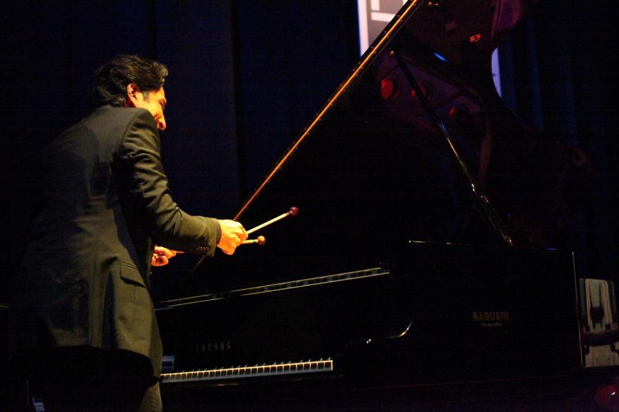 Diego Amador mentre percuote le corde del pianoforte