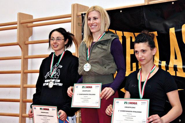 Simona Spinozzi (a sinistra) sul podio