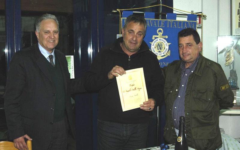 Luigi Anelli con a destra il Presidente Sandro Nulli e a sinistra il Vicepresidente Enrico Imbastaro