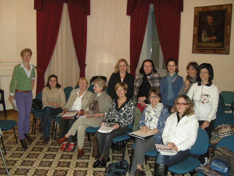 L'insegnante Elspeth Hindmarch ed alcuni allievi del corso inglese